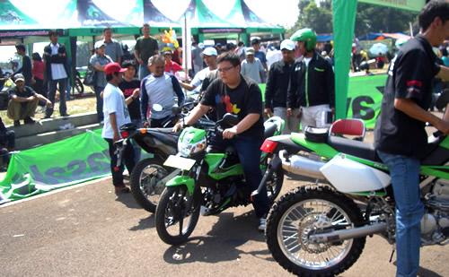 Para peserta testdrive menjajal kemampuan motor Kawasaki